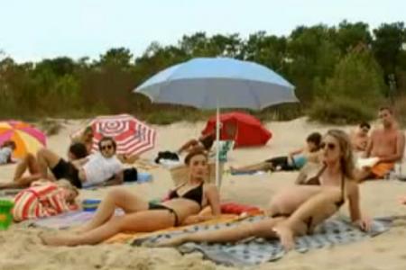 žena dostala na pláži lekci