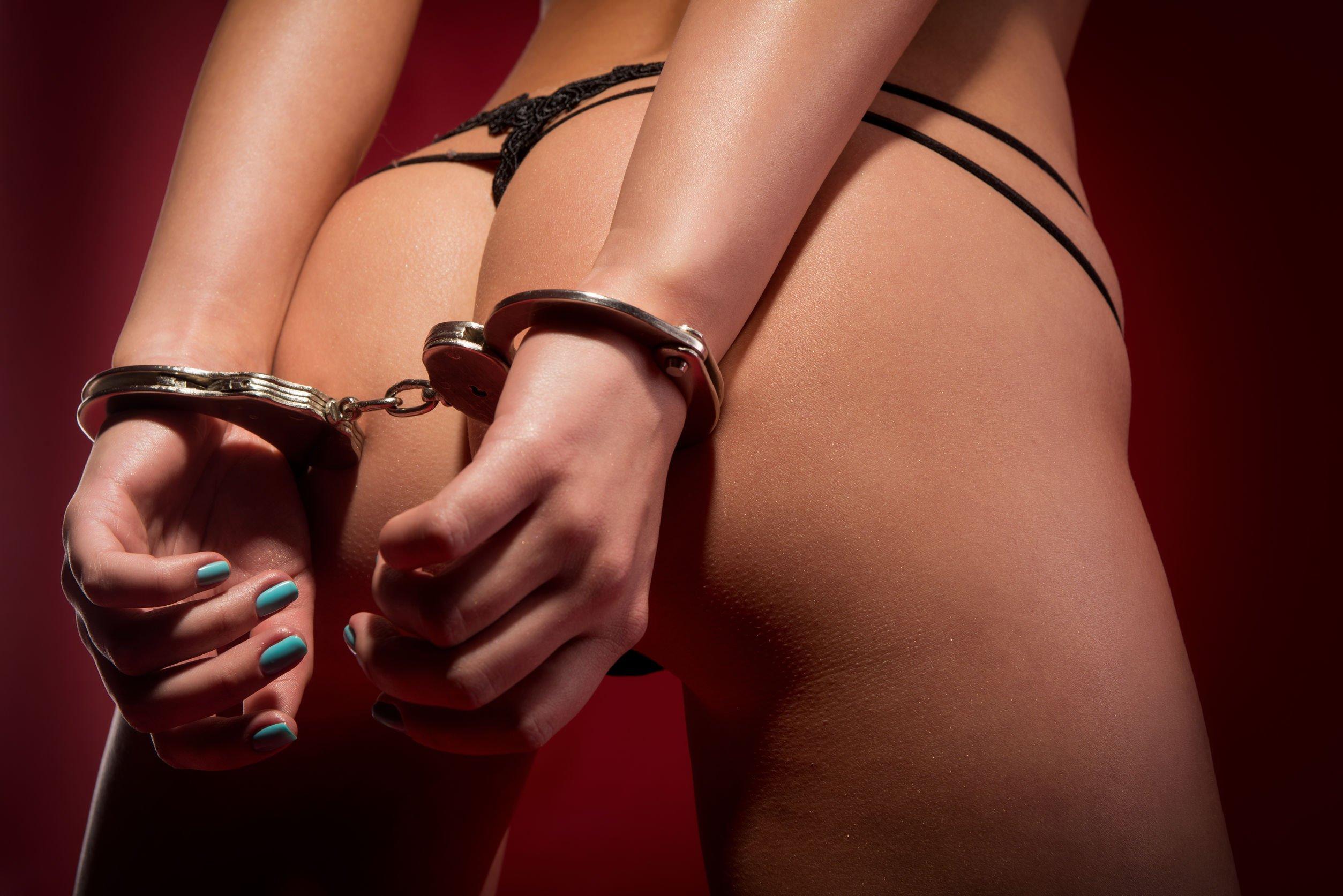 Фото девушек в наручниках порно 3 фотография