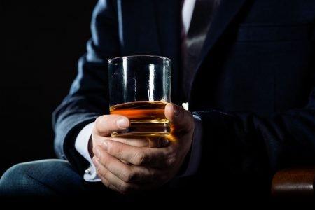 etiketa servírování whisky likér vodka