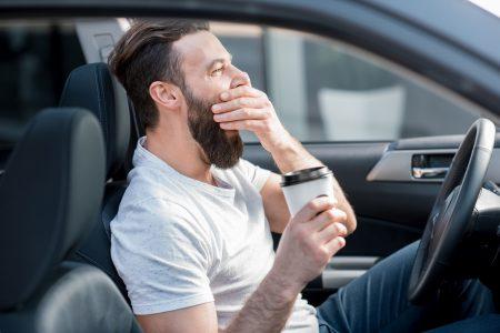 Únava za volantem? Kafe nepomůže! Jak zabránit mikrospánku při řízení?