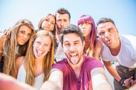 Lidé lačnící po selfie jako armáda zombie