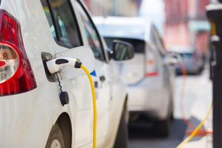 Elektromobily za každou cenu. Produkce emisí musí do roku 2030 automobilky snížit o 37,5 %