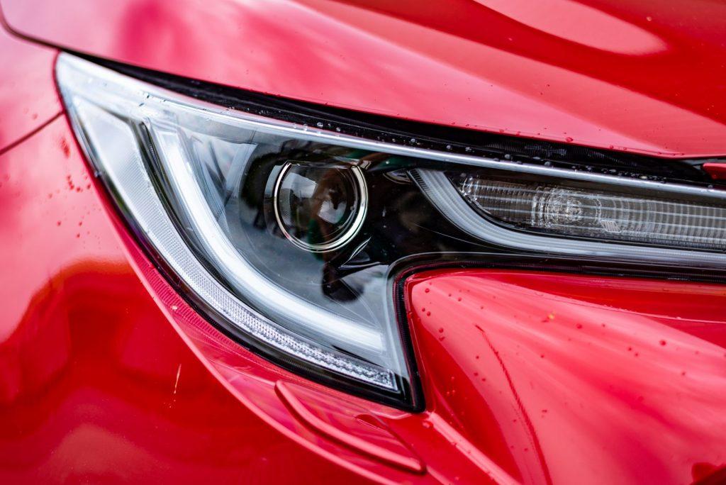 Toyota Corolla už nemá halogeny. I základní výbava obsahuje skvělé Bi‑LED světlomety.