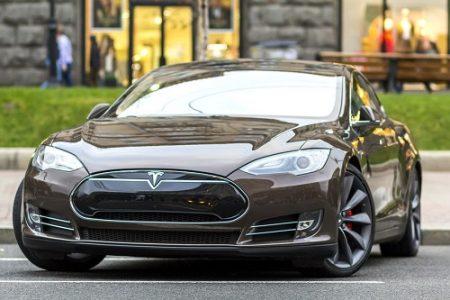 Nákup vozu Tesla ve Spojených státech probíhá jako přijímací rituál